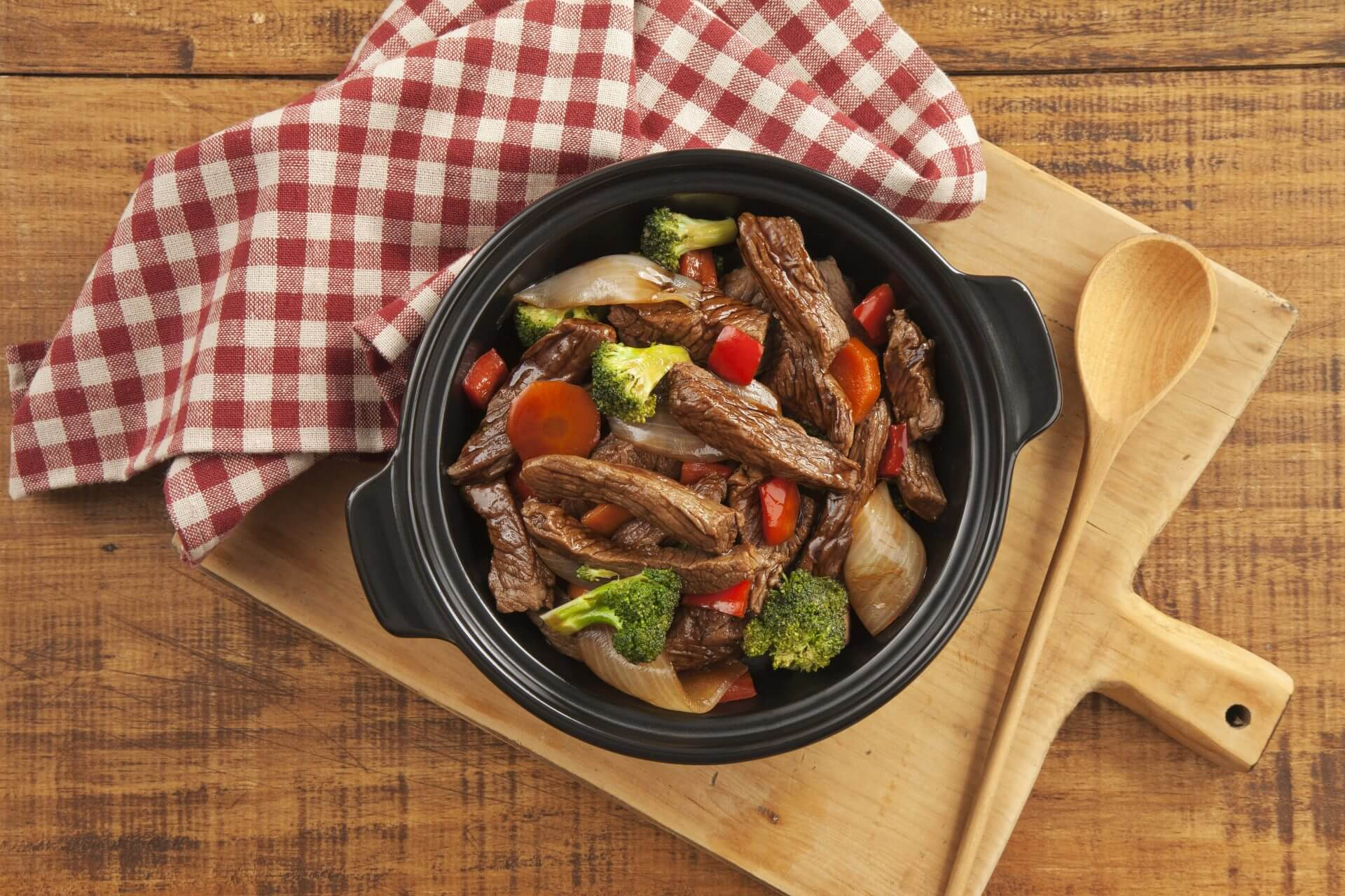 우마미를 곁들인 쇠고기와 야채 볶음