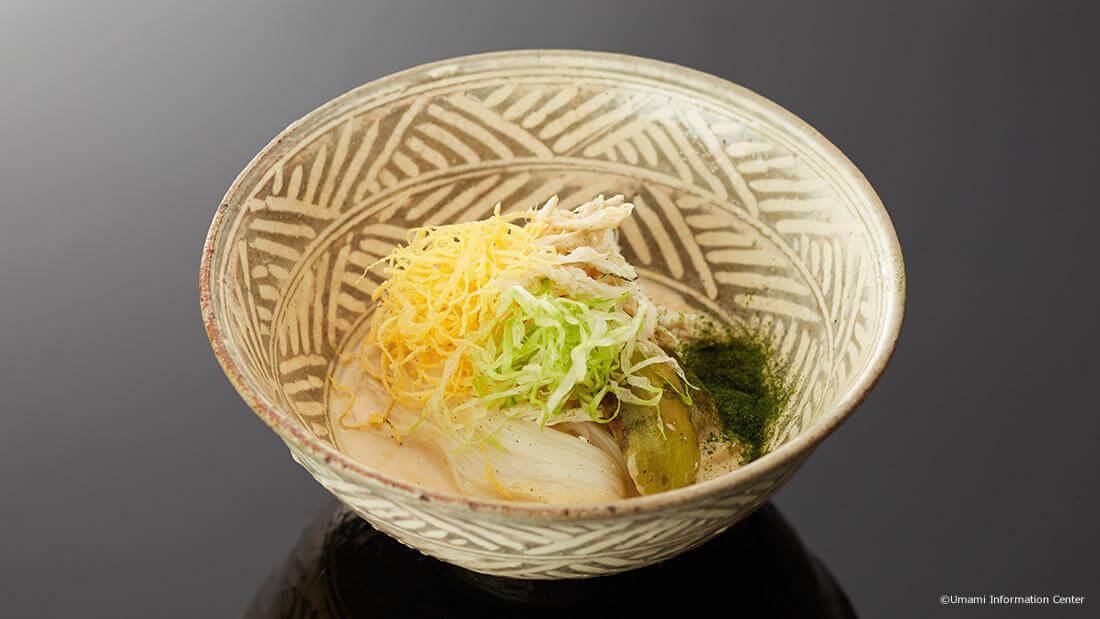 Rei-men ao estilo japonês (macarrão frio) com fonte Umami Dashi